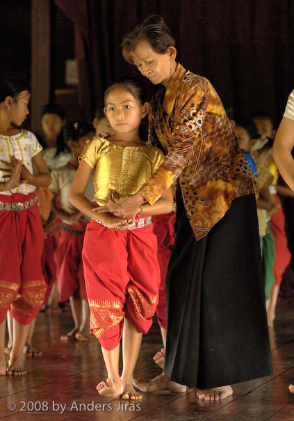 SIN Samadekchho, one of the few still living dancers from the Royal Palace, teaching a young girl at the Apsara Arts Association, Phnom Penh in 2007Kambodjansk danslärare med elev. Foto Anders Jirås