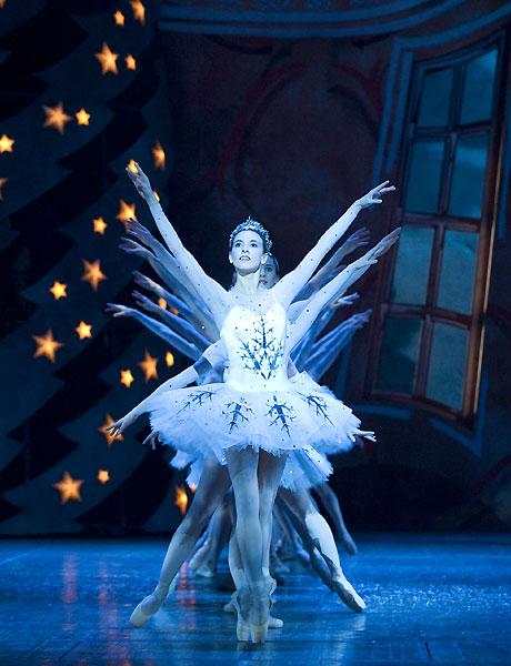 Snödrottningen (Sarah Fontaine) och Snöflingornas dans hör till de mest klassiska inslagen i Pär Isbergs Nötknäpparen. Fotograf Hans Nilsson